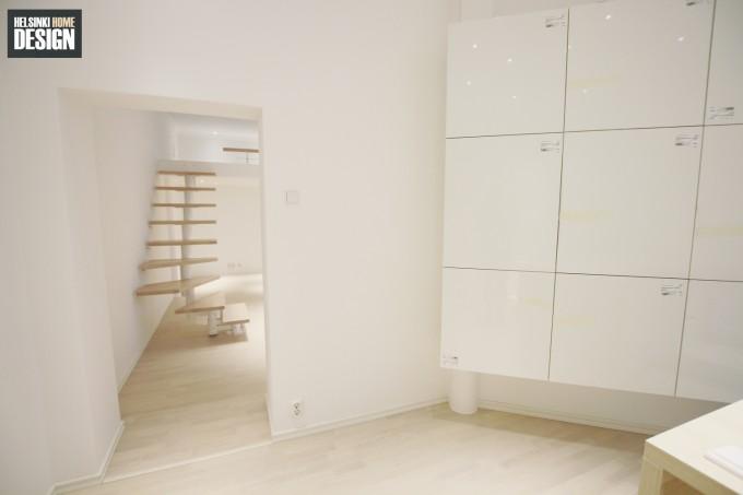 Osa keittiön säilytyksestä ja näkymä olohuoneeseen